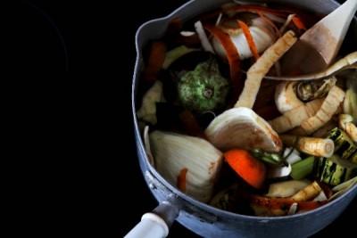 épluchures et eau ds casserole pour bouillon de légumes
