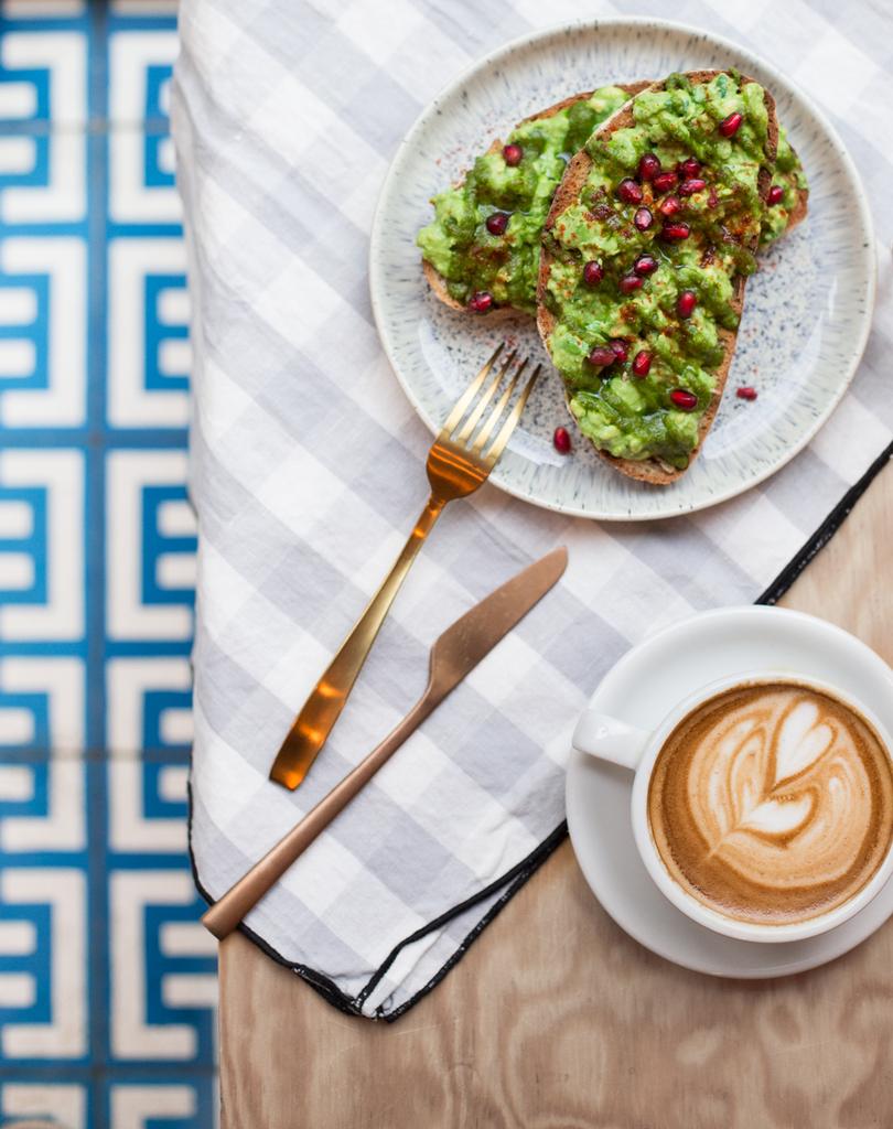 tartines-avocat-et-café-latte